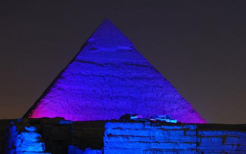 Hang és fényjáték a piramisoknál