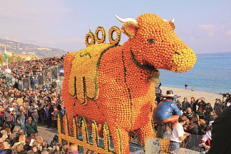 Bika a Virágkarneválon Nizzában