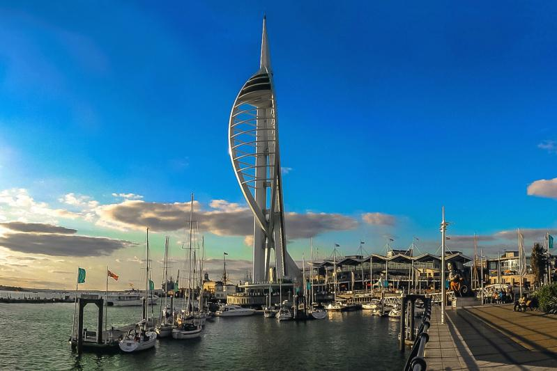 Portsmout - Kikötő a Spinnaker Tower-rel